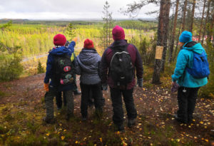 Retkeilijät syksyisessä metsässä